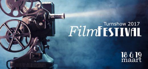 Oude filmprojector schijnt over de het woord filmfestival